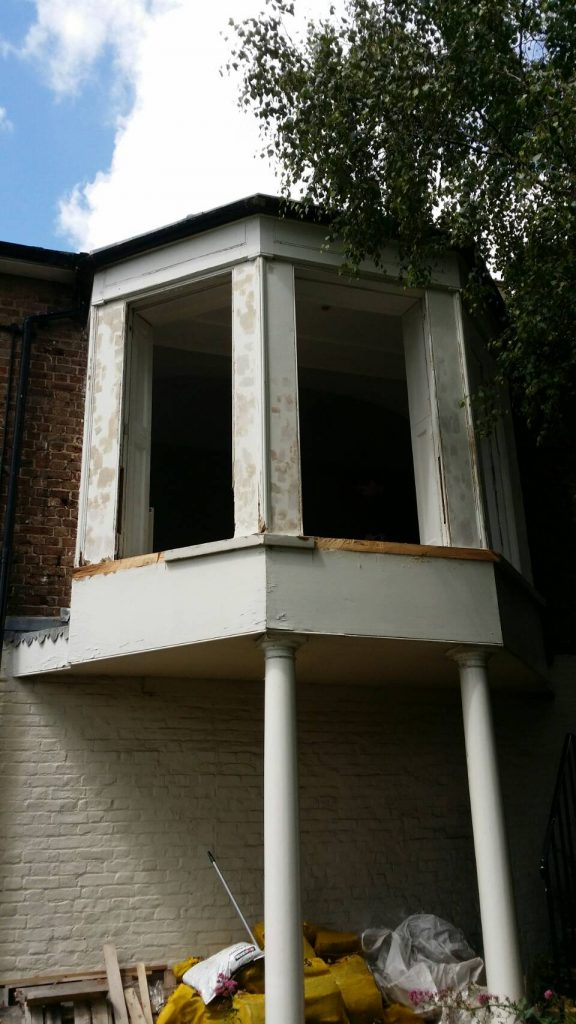 Bay window on pillars with movement