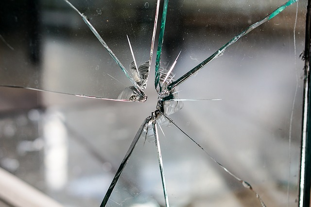 4mm float glass broken by a stone